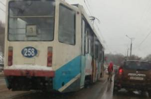 «Десятка» влетела во встречный трамвай. На мосту на улице Дзержинского проезд сильно затруднен