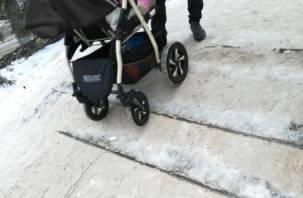 Ледяная горка вместо ступенек: смоляне опасаются ходить по улицам города