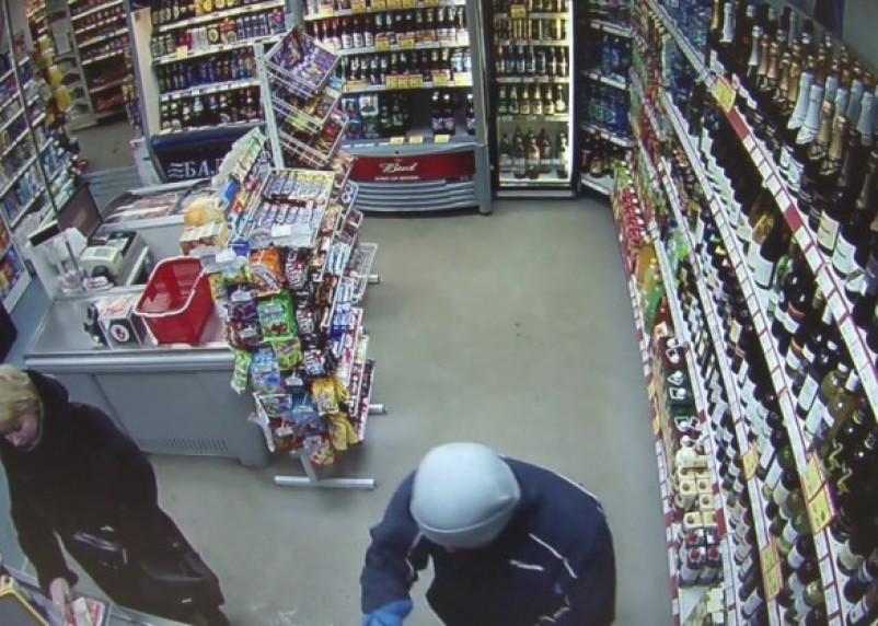 Мужчина ограбил смоленский магазин и вывернул руку продавцу