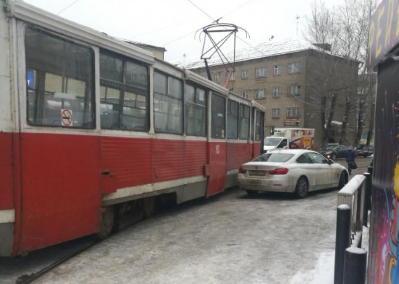 В Смоленске водитель «БМВ» бросил машину почти на рельсах и ушёл. Трамваи стояли, пассажиры ждали