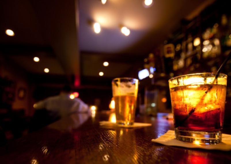 Смолянин запустил стаканом в бармена и устроил драку. За ночное шоу ему грозит 2 года тюрьмы