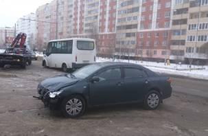 Соцсети: в Смоленске маршрутка влетела на встречке в автоледи