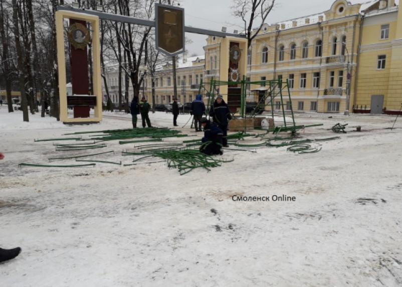 На главной площади Смоленска приступили к установке ёлки