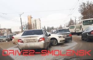 Не проскочил. В Смоленске на Н-Неман ДТП с четырьмя авто спровоцировало пробку