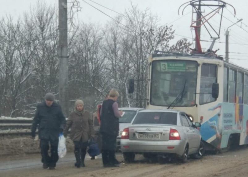 В Смоленске Приора протаранила трамвай