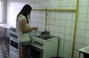 Смолянка не смогла пройти мимо мужчины, заснувшего на кухне в общежитии