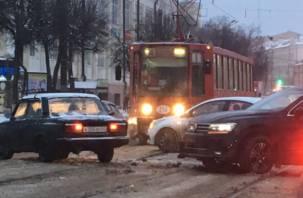 В центре Смоленска ДТП парализовало движение трамваев и создало пробку