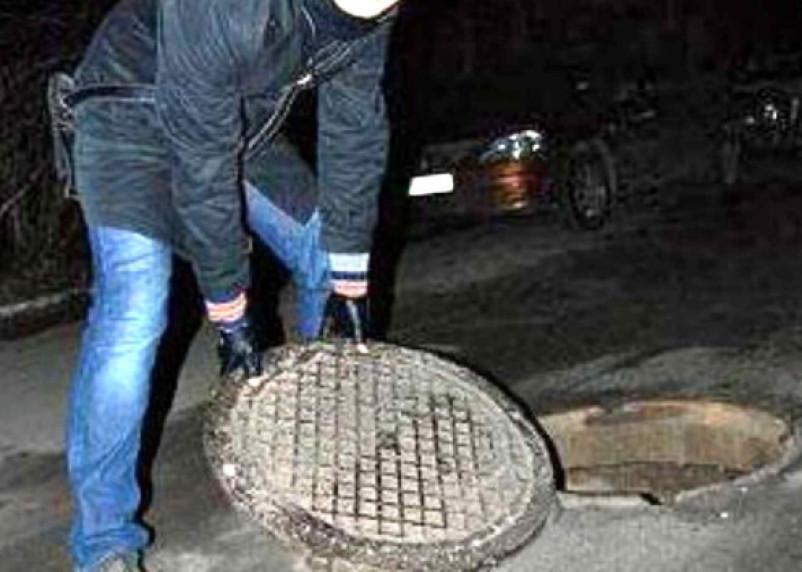 Двое смолян сняли крышки канализационных люков в Гагарине