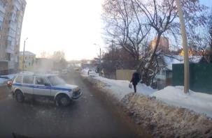 В Смоленске момент аварии со служебной машиной полицейских попал на видео