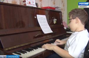 Мальчик не чувствует ног. 11-летнему смолянину нужна помощь, чтобы жить