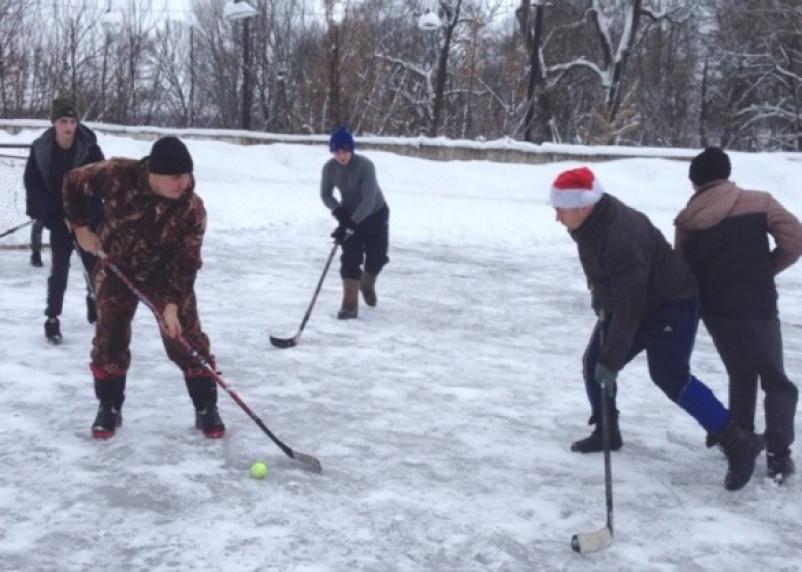 Смоляне сыграли в хоккей на валенках