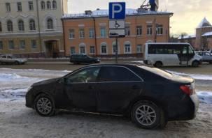 Смоляне оштрафовали автохама за парковку на месте для инвалидов