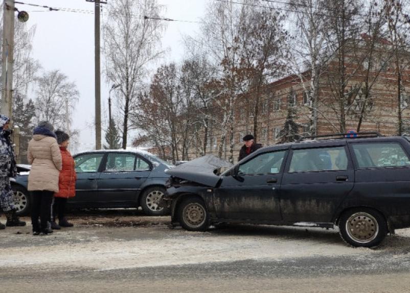В Смоленске на Краснинском шоссе произошло жёсткое столкновение автомобилей