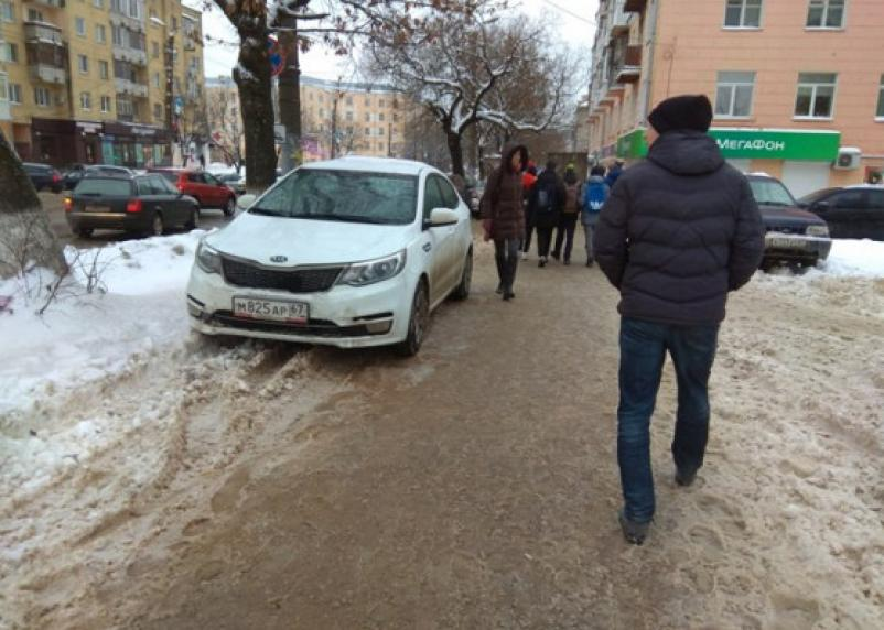 Смоленские активисты наказали любителя парковаться на тротуаре