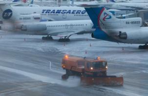 В Москве из-за обрушившегося снегопада в аэропортах отменили 50 рейсов