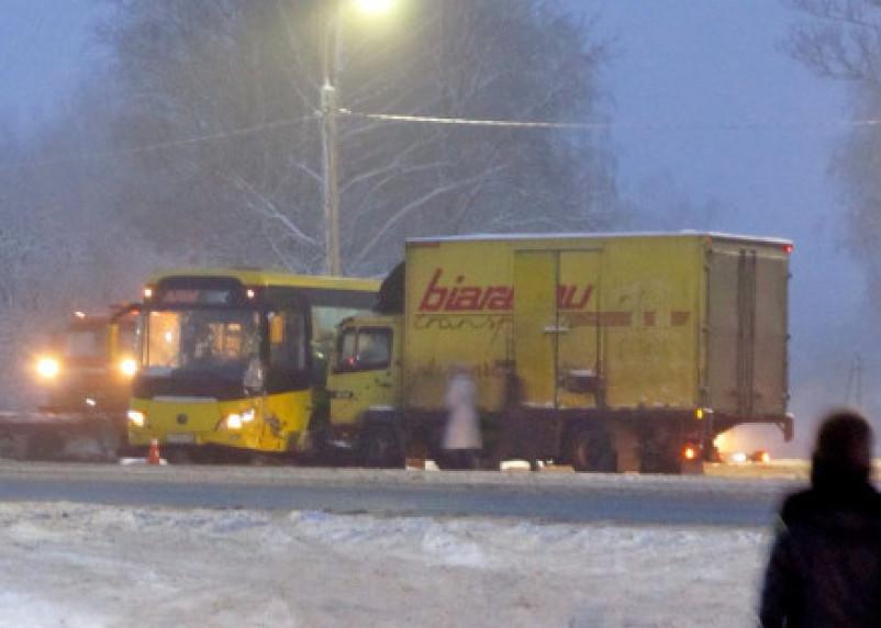 В Смоленской области на М-1 произошло столкновение грузовика и автобуса