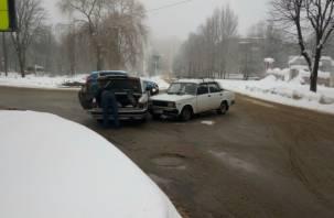 На улице Соколовского «Волга» смялась как консервная банка