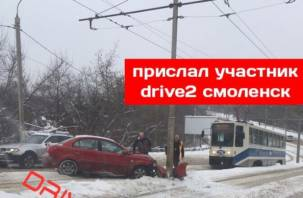 В Смоленске на дамбе авто вылетело на рельсы и врезалось в столб