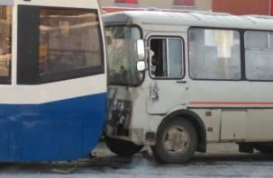 На улице 25 Сентября в Смоленске – транспортный коллапс. Появились фото с места  аварии с трамваем
