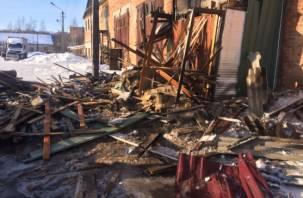 Смоленским пожарным не удалось спасти бытовку пилорамы от огня