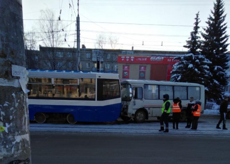 Виновник ДТП и пассажирки маршрутки пострадали в аварии на улице 25 Сентября