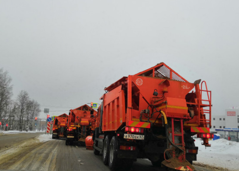 «Ищите вертолет». Из-за снегопада в Смоленске образовались масштабные заторы во всех районах