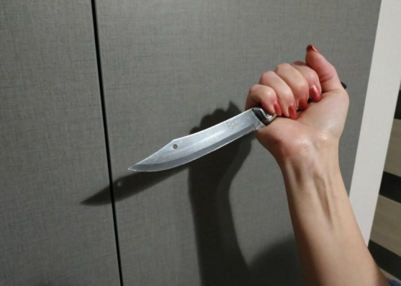 Смолянка вскрыла ножом живот возлюбленному