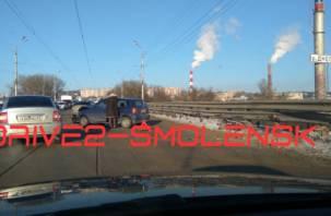 Трамваи стали. Автоледи протаранила отбойник на улице Дзержинского