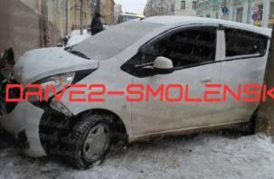 Автомобиль в стене. В Смоленске на Большой Советской произошло жёсткое ДТП