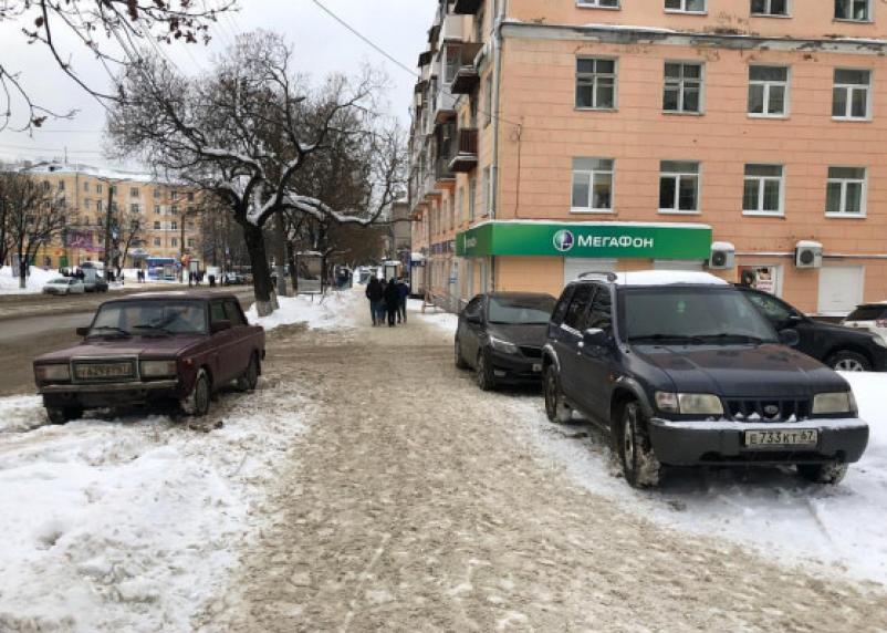 «Парковка имени Николаева». Смоленские автохамы продолжают ставить машины на тротуарах города