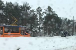 В Смоленске внедорожник вылетел на сугроб и перекрыл дорогу трамваям