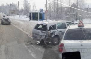 Учебная машина, фура и еще два авто. Массовая авария возле ТЦ «Метро» в Смоленске попала на видео