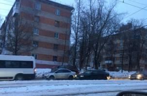 Утреннюю пробку собирает авария на дамбе в Смоленске