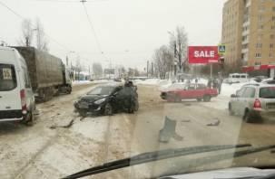 Осколки машин по всей дороге. В Смоленске возле Житомира произошло жёсткое тройное ДТП