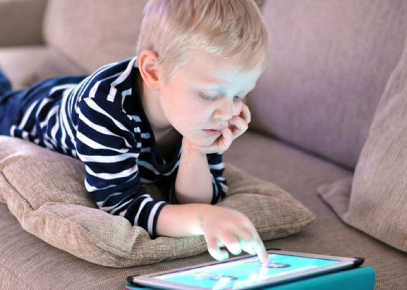 Задержка развития детей происходит из-за гаджетов, считают ученые