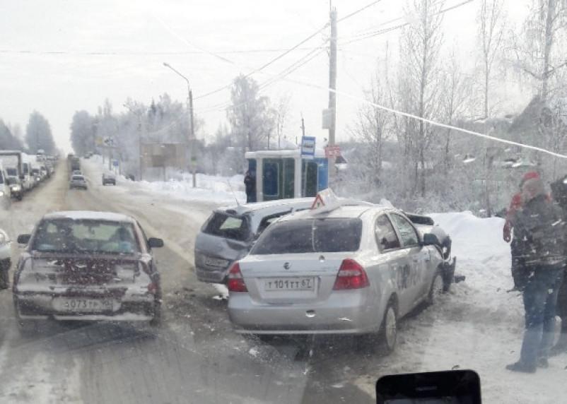 На месте работают два авто скорой помощи. Возле «Метро» в Смоленске произошло серьезное ДТП