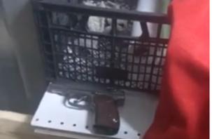 В Смоленске «охранник» с пистолетом напал на замдиректора супермаркета