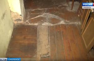 Гнилые полы, осыпающиеся стены, блохи. Следователи проверяют информацию об аварийном доме в Смоленске