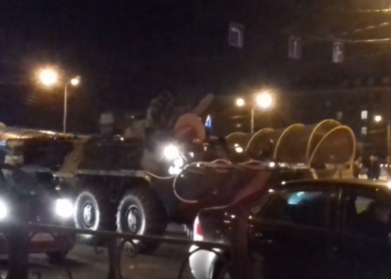 БТР в центре Смоленска сняли на видео