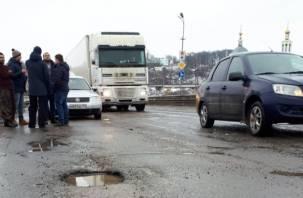 Стихийный протест автомобилистов против плохих дорог прошел в Смоленске