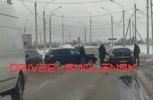 Дорога перекрыта. Перед выездом на окружную в Смоленске столкнулись два авто