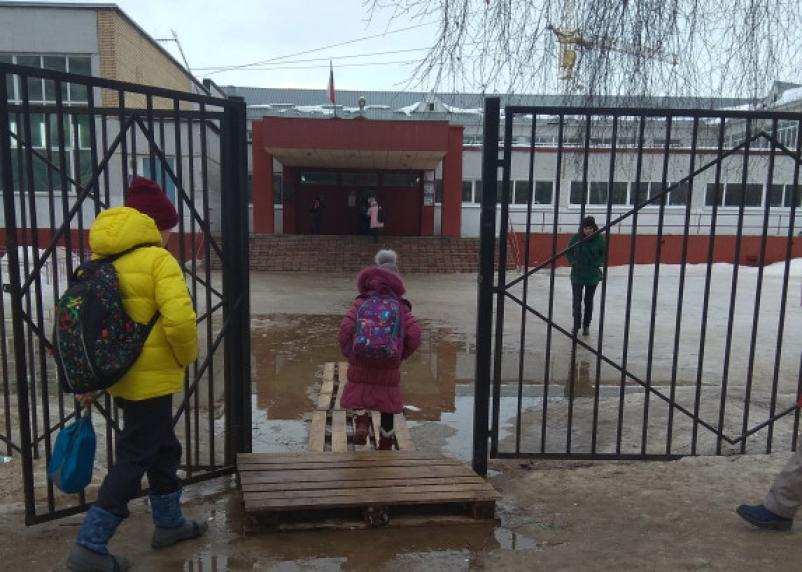 В Смоленске ученики вынуждены добираться до школы по деревянным помостам
