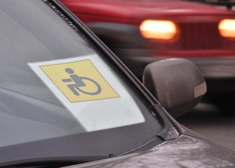 В любом регионе РФ. Инвалидам за рулем разрешат бесплатно парковаться