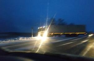 Ледяной дождь, трасса как зеркало. Неподалеку от М1 фуру развернуло на дороге