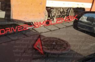 Суровые смоленские дороги. На улице Дзержинского у трамвая отвалилось колесо