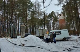 Промыли, но душок остался: в поселке Гнездово очищают скважину возле «мобилизационного объекта»