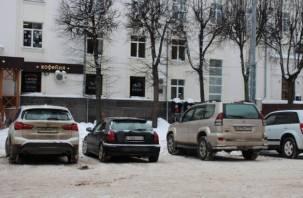 Смоленские активисты решили добить автохамов. В полицию поступило множество сообщений о парковке машин около Главпочтамта