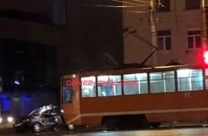 Машину смяло на полупустой дороге. Возле ТЦ  «Байкал» произошло серьезное ДТП с трамваем