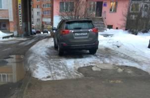 Смоляне продолжают наказывать водителей за парковку машин на тротуаре