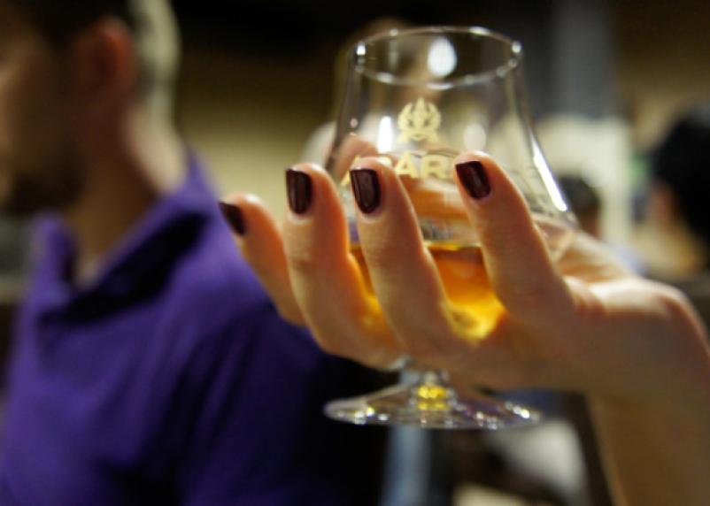 В России предлагают продавать алкоголь в Сети от двух тысяч рублей